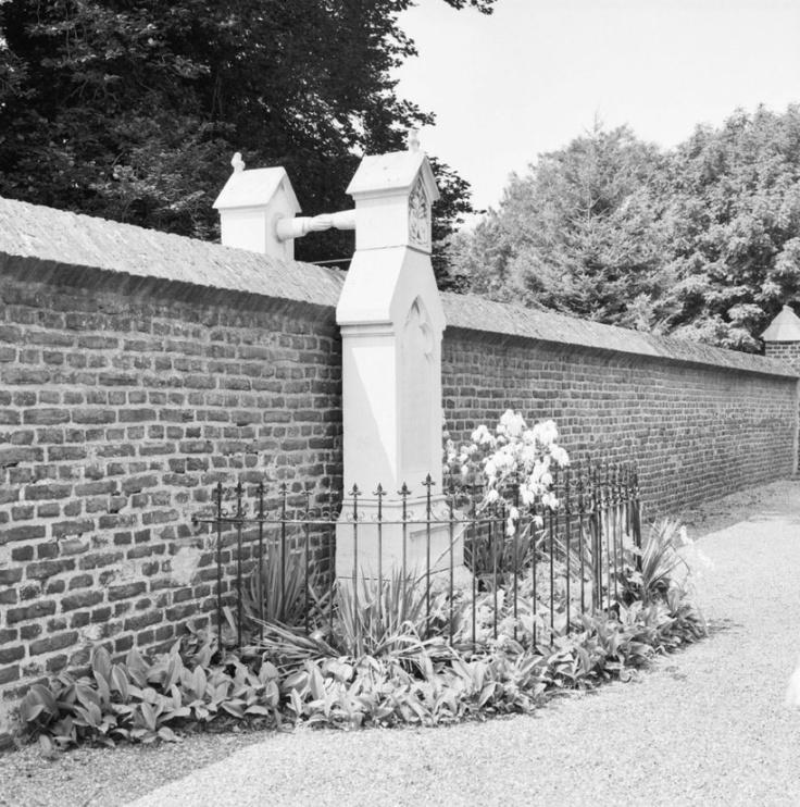 Overzicht_graf_met_de_handjes,_grafstenen_met_handen_reikend_over_de_scheidingswand_-_Roermond_-_20354491_-_RCE-2